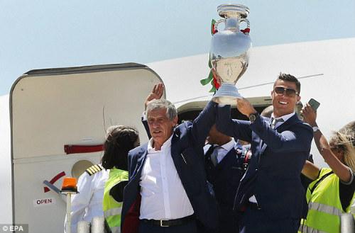 Biển người chào đón Bồ Đào Nha, Ronaldo ở quê nhà - 6