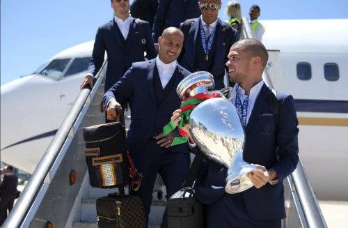 Biển người chào đón Bồ Đào Nha, Ronaldo ở quê nhà - 7