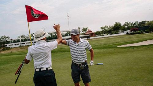 Golf 24/7: Khủng khiếp, 1 ngày đánh 153 hố - 1
