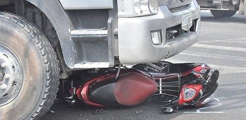 Điều khiển xe máy gần xe tải thế nào mới an toàn? - 1