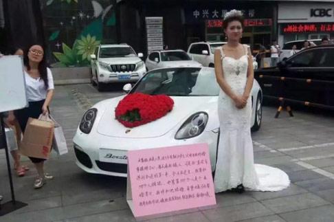 Gái xinh mặc váy cưới ôm 999 người để tìm chồng - 1