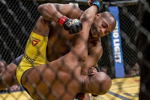 """UFC 200: Huyền thoại """"đóng thế"""" nhưng thất thế - 1"""