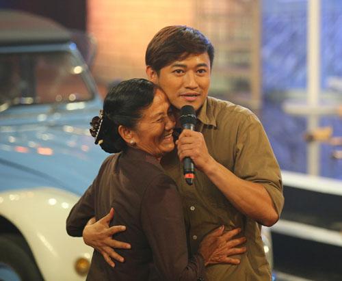 Quý Bình ôm hôn mẹ ruột trên sân khấu Bolero - 2