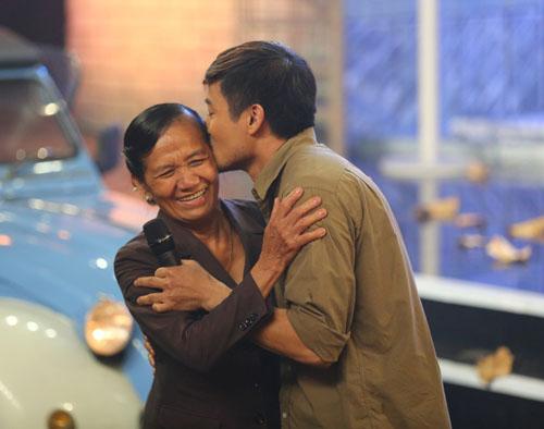 Quý Bình ôm hôn mẹ ruột trên sân khấu Bolero - 3