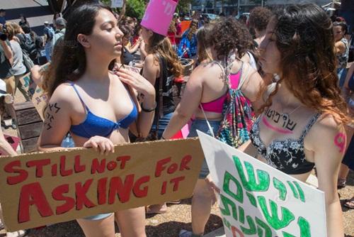 Gái trẻ Israel mặc áo lót xuống đường đòi nữ quyền - 1