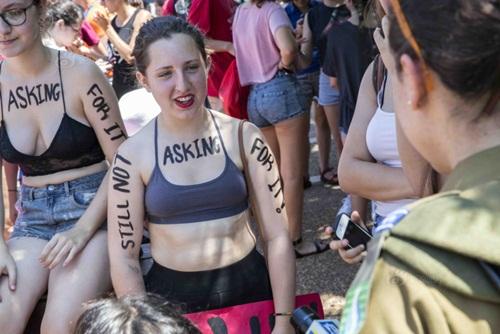 Gái trẻ Israel mặc áo lót xuống đường đòi nữ quyền - 2