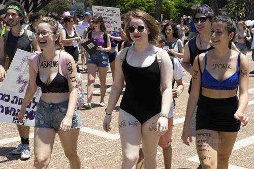 Gái trẻ Israel mặc áo lót xuống đường đòi nữ quyền - 4