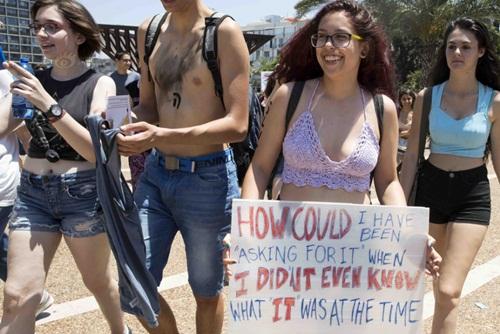 Gái trẻ Israel mặc áo lót xuống đường đòi nữ quyền - 6