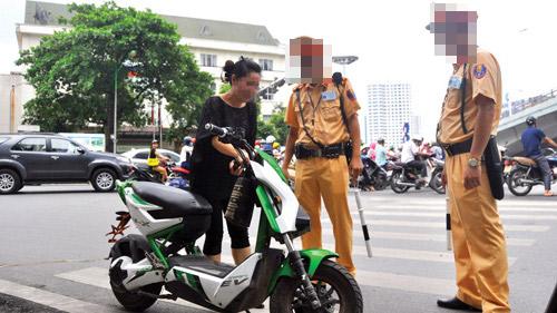 Thực thi xử phạt không biển số: người dùng có nên e ngại xe máy điện? - 1