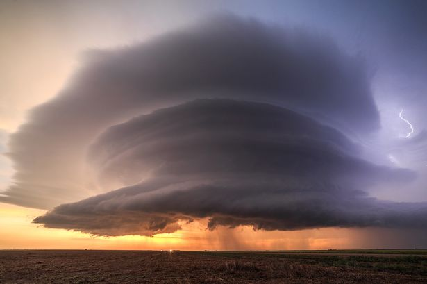 Mây giông khổng lồ hình đĩa bay che phủ bầu trời Mỹ - 1
