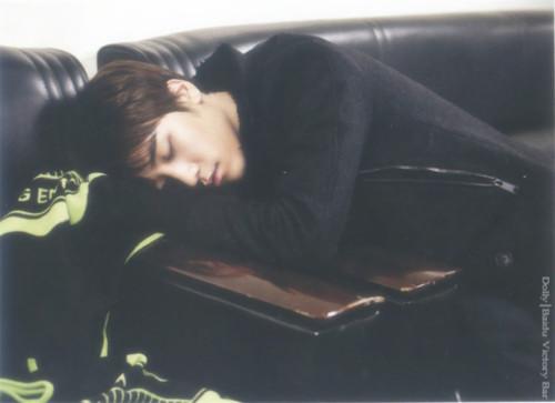 """Dáng ngủ """"bá đạo"""" của em út nhóm Big Bang - 6"""