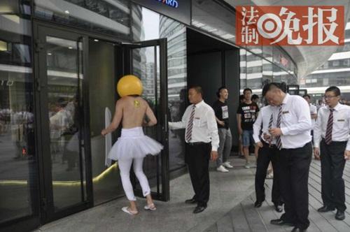 Mẫu nam TQ bán khỏa thân tiếp thị bị nhục mạ giữa phố - 4