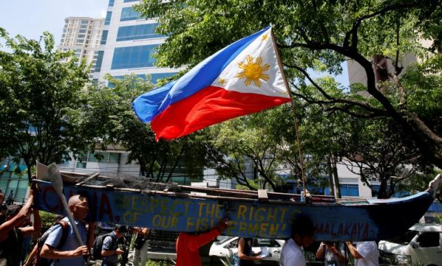 """Dân Philippines biểu tình yêu cầu """"TQ rời Biển Đông"""" - 2"""