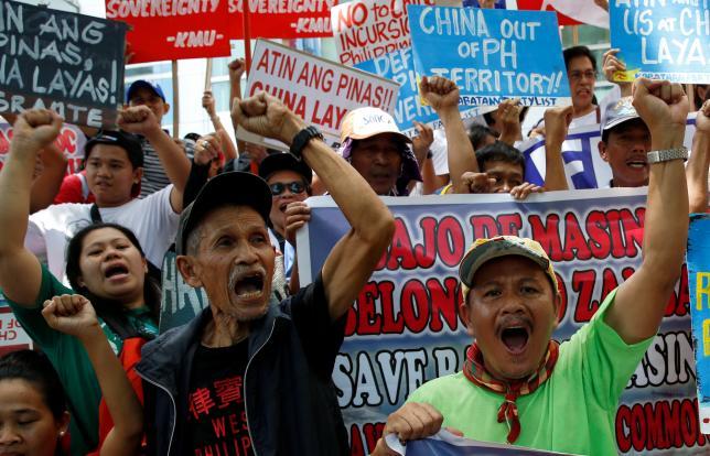 """Dân Philippines biểu tình yêu cầu """"TQ rời Biển Đông"""" - 1"""