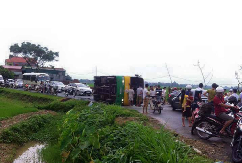Xe buýt lật nghiêng sau cú tông taxi, 12 người bị thương - 1