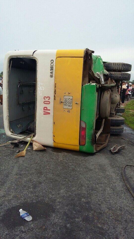 Xe buýt lật nghiêng sau cú tông taxi, 12 người bị thương - 3