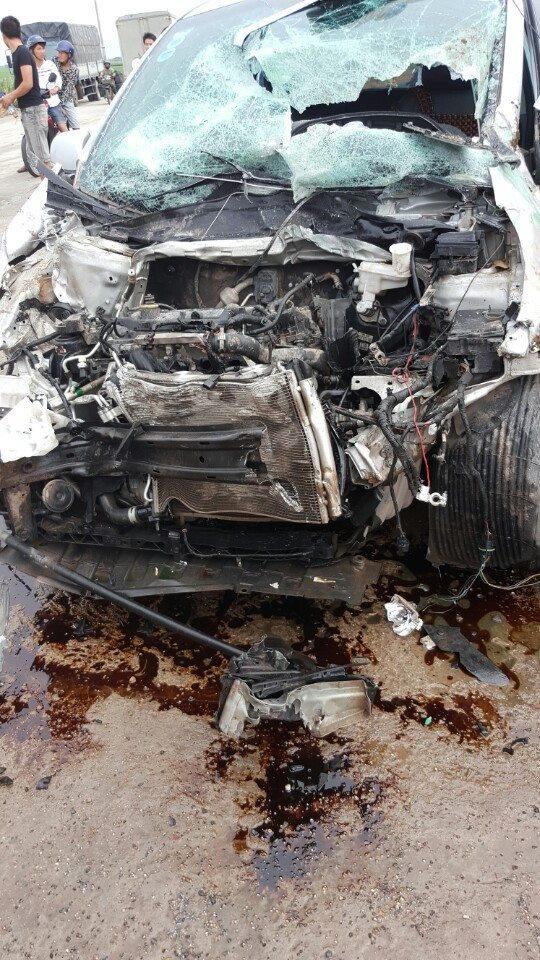 Xe buýt lật nghiêng sau cú tông taxi, 12 người bị thương - 2