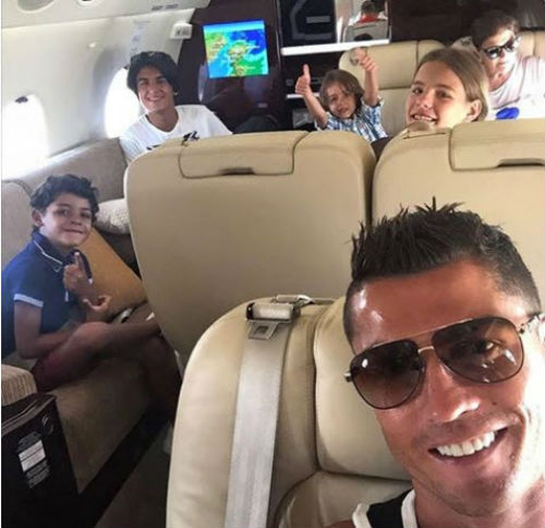 Top SAO giàu nhất thế giới: Messi lại thua Ronaldo - 2