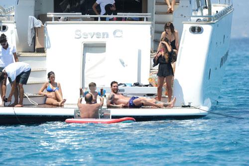 Sau án tù trốn thuế, Messi vô tư lự trên siêu du thuyền - 5
