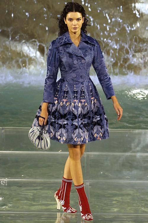 Fendi gây sốc với dàn mẫu catwalk trên mặt nước - 5