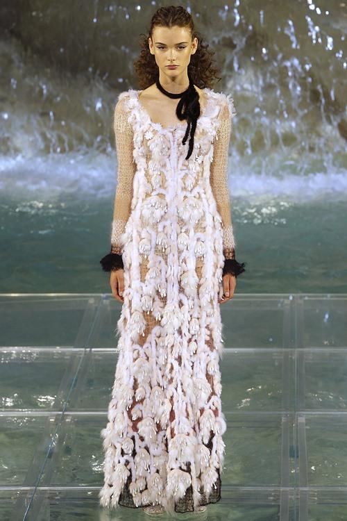 Fendi gây sốc với dàn mẫu catwalk trên mặt nước - 6