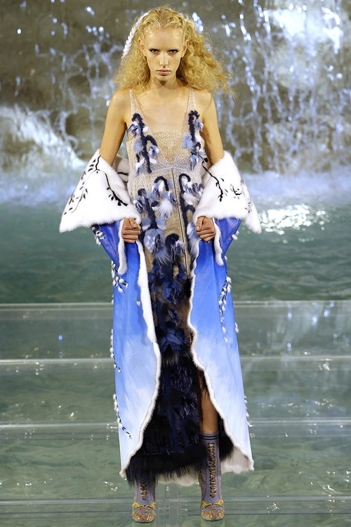 Fendi gây sốc với dàn mẫu catwalk trên mặt nước - 7