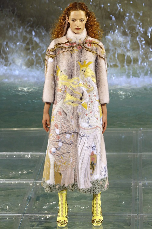 Fendi gây sốc với dàn mẫu catwalk trên mặt nước - 9