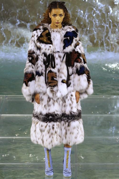 Fendi gây sốc với dàn mẫu catwalk trên mặt nước - 12