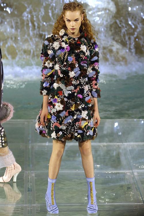 Fendi gây sốc với dàn mẫu catwalk trên mặt nước - 8