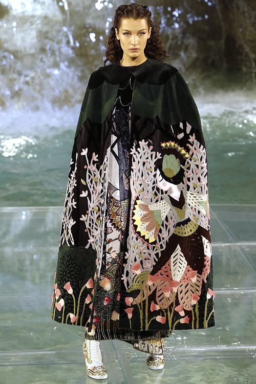 Fendi gây sốc với dàn mẫu catwalk trên mặt nước - 10