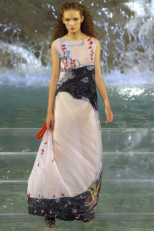 Fendi gây sốc với dàn mẫu catwalk trên mặt nước - 15