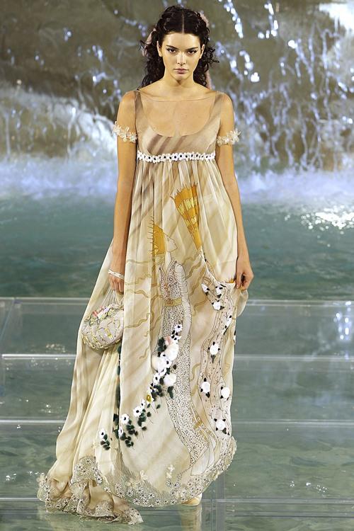 Fendi gây sốc với dàn mẫu catwalk trên mặt nước - 16