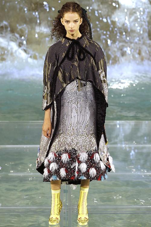 Fendi gây sốc với dàn mẫu catwalk trên mặt nước - 13