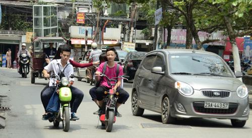Điều khiển xe đạp điện không đội mũ bảo hiểm bị phạt thế nào? - 1
