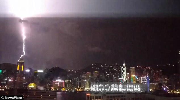 """Video: 10.000 tia sét """"oanh tạc"""" Hong Kong trong 12 giờ - 1"""