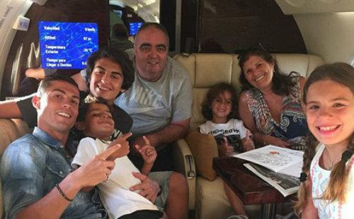 Vô địch EURO, Ronaldo dùng máy bay đưa cả nhà đi chơi - 1