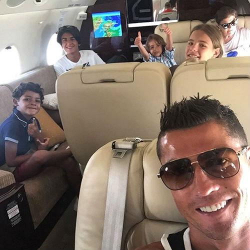 Vô địch EURO, Ronaldo dùng máy bay đưa cả nhà đi chơi - 2