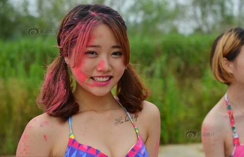 Mẫu nữ TQ mặc bikini cổ vũ cuộc đua lội bùn - 5