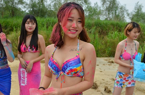 Mẫu nữ TQ mặc bikini cổ vũ cuộc đua lội bùn - 6