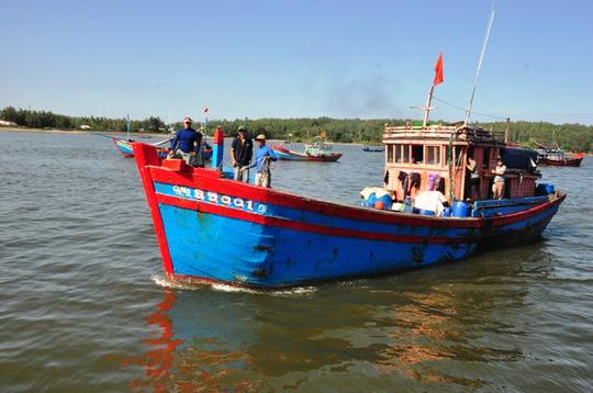 5 ngư dân bị tàu Trung Quốc tông chìm về đến đất liền - 1