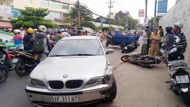 """Ô tô BMW """"làm loạn"""" trên phố, hai bà cháu nhập viện - 1"""