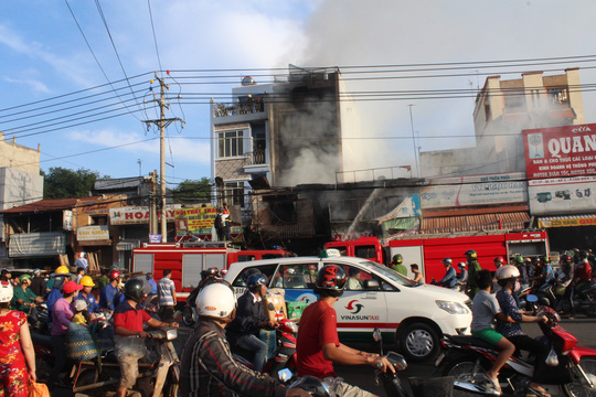 Cháy lớn trong chợ Sặt, 1 phụ nữ tử vong - 1