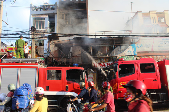 Cháy lớn trong chợ Sặt, 1 phụ nữ tử vong - 2