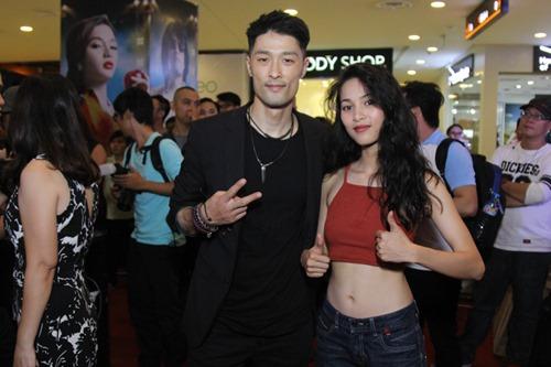 Bạn gái khoe eo thon đến ủng hộ Johnny Trí Nguyễn - 2