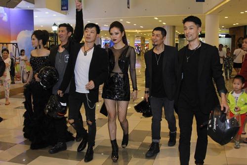 Bạn gái khoe eo thon đến ủng hộ Johnny Trí Nguyễn - 6