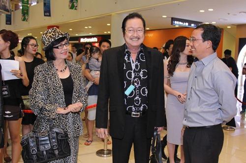 Bạn gái khoe eo thon đến ủng hộ Johnny Trí Nguyễn - 8