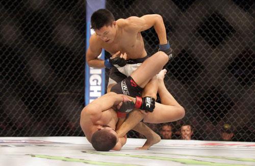 UFC: Tay đấm gốc Việt lần đầu thua sốc - 1