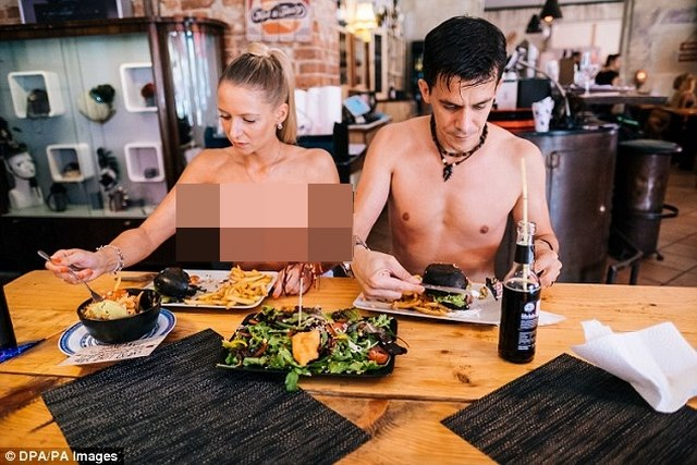 Nhà hàng khỏa thân Nhật Bản bỏ cấm người béo - 2