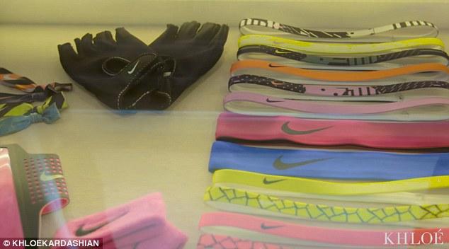 Học sao ngoại sắp xếp tủ đồ gọn gàng theo màu sắc - 6