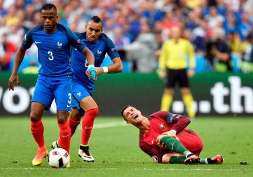 Ronaldo tính nhờ bác sĩ... khoa sản trị thương - 1